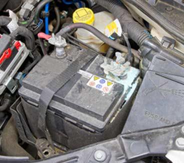 Sulfatierung am Minuspol einer Autobatterie